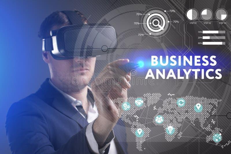 Biznesu, technologii, interneta i sieci poj?cie, M?ody biznesmen pracuje w rzeczywisto?? wirtualna szk?ach widzii inskrypcj?: royalty ilustracja