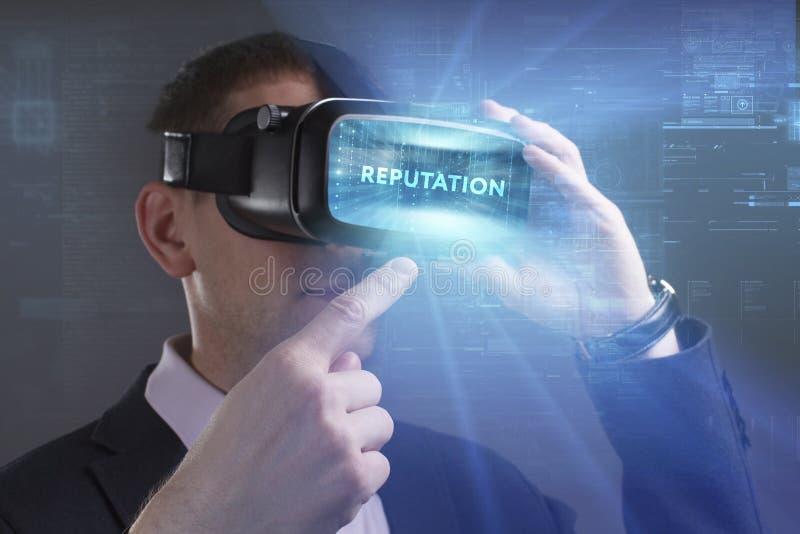 Biznesu, technologii, interneta i sieci poj?cie, M?ody biznesmen pracuje w rzeczywisto?? wirtualna szk?ach widzii inskrypcj?: obraz stock