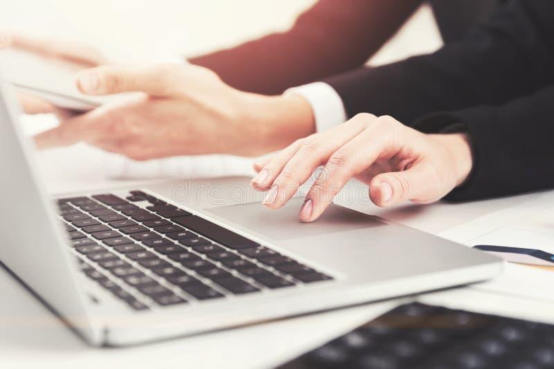 Bizneswomanów s ręki, laptop obraz stock