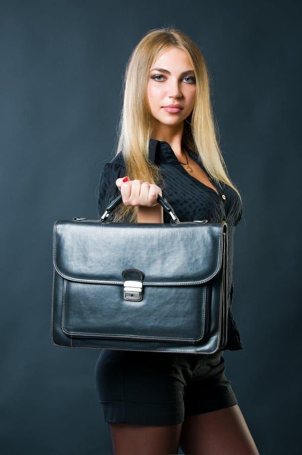 bizneswoman atrakcyjna walizka zdjęcie stock