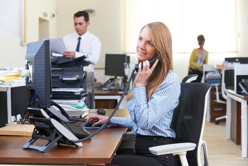 Bizneswoman Bierze rozmowę telefonicza W Ruchliwie biurze zdjęcia royalty free