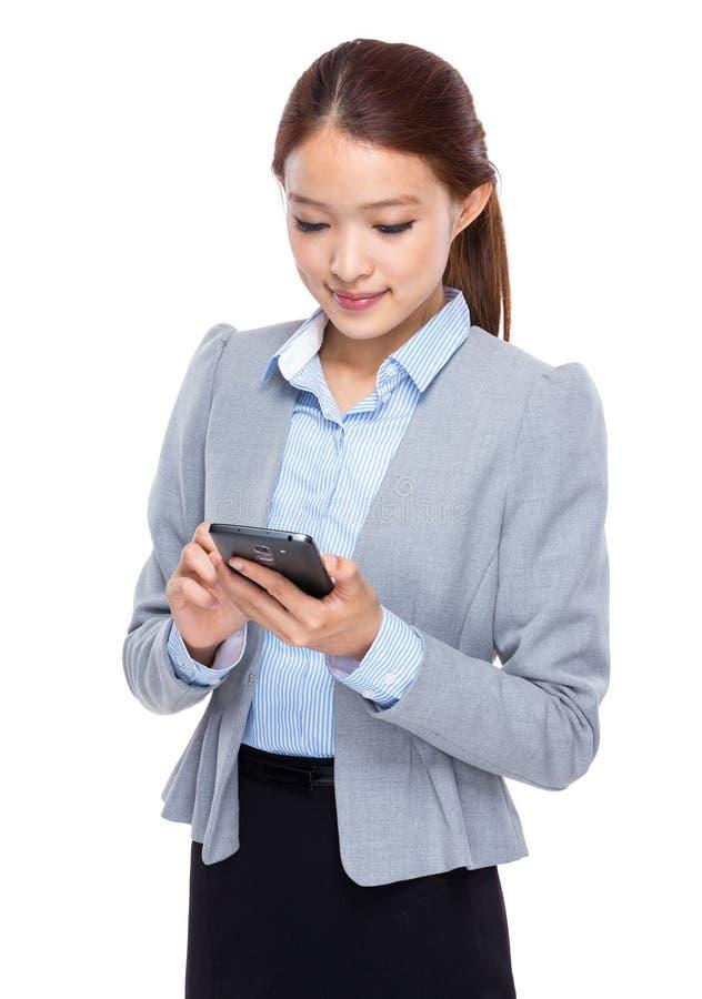 Bizneswoman czytający na telefonie komórkowym obrazy stock