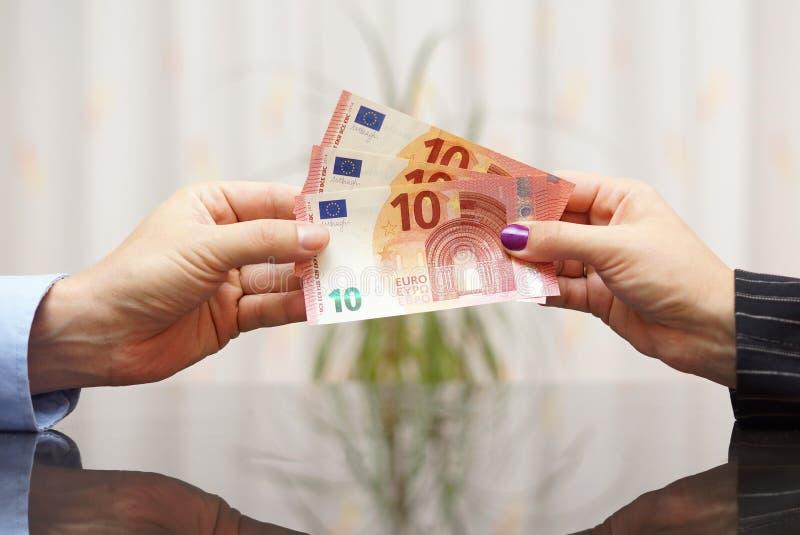 Bizneswoman daje euro banknotom mężczyzna Pensyjny pojęcie zdjęcia stock