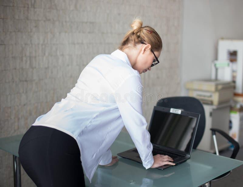 Bizneswoman dostać wirusa na laptopie z pustym ekranem obrazy stock
