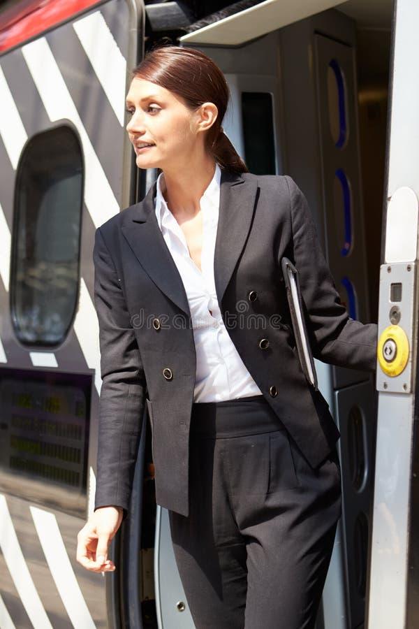 Bizneswoman Dostaje Daleko Taborowy Przy platformą zdjęcie stock
