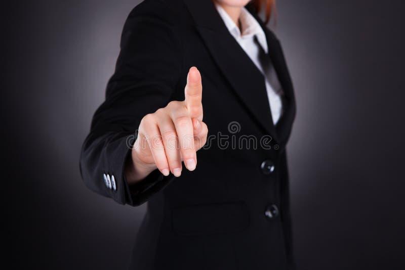 Bizneswoman Dotyka Imaginacyjnego ekran zdjęcia stock
