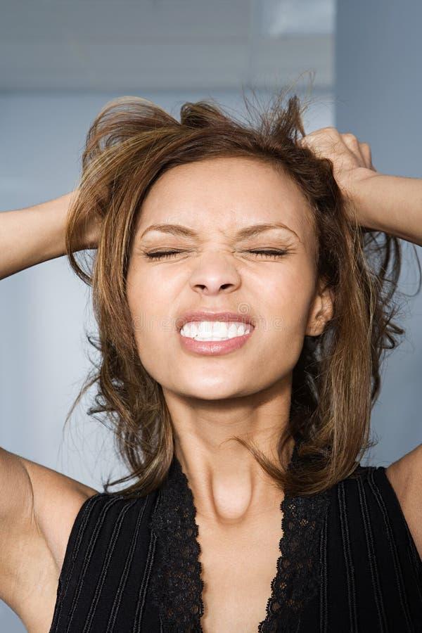 Bizneswoman drzeje jej włosy out obrazy stock