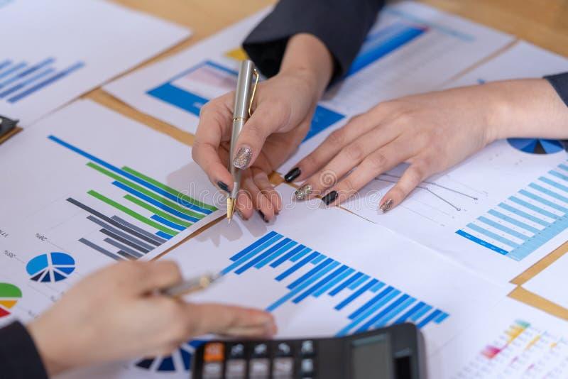 Bizneswoman dyskusja wykresy i mapy pokazuje rezultaty ich pomyślny Rozliczać, finanse i gospodarki pojęcie, zdjęcia stock
