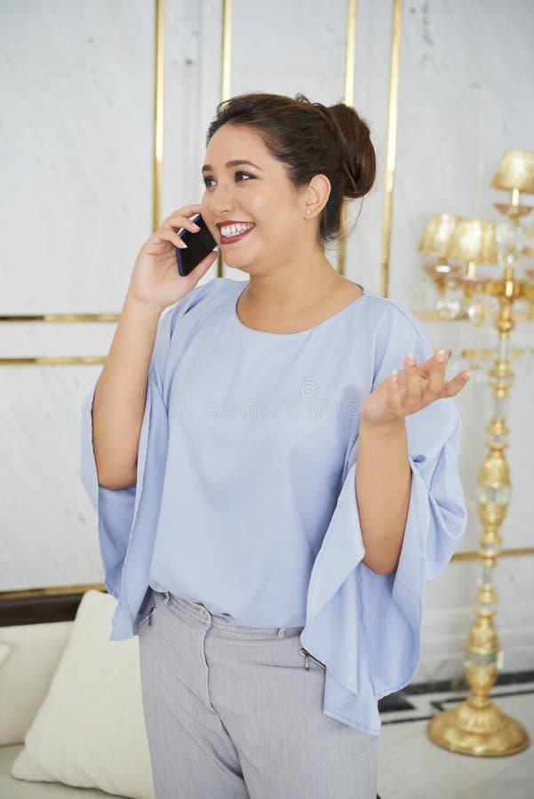 Bizneswoman dyskutuje na telefonie fotografia stock