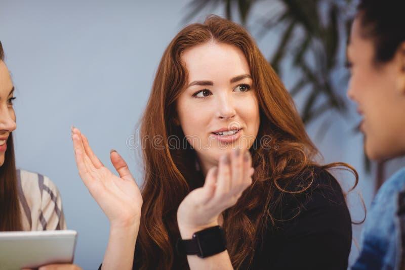 Bizneswoman dyskutuje z żeńskimi coworkers fotografia royalty free
