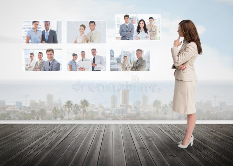 Bizneswoman gapi się przy futurystycznym interfejsem zdjęcie royalty free