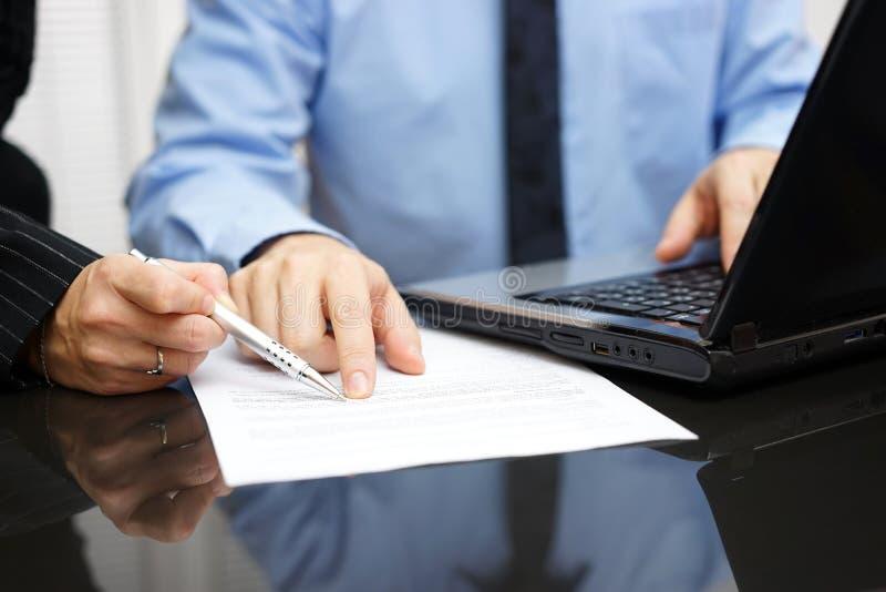 Bizneswoman i biznesmen na spotkaniu w biurowym analizuje d obrazy stock