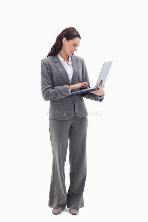 Bizneswoman ja target68_0_ podczas gdy oglądający jej laptop zdjęcia royalty free