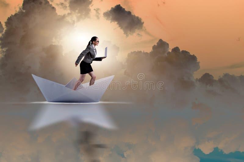 Bizneswoman jazdy papieru łódkowaty statek w biznesowym pojęciu obraz stock
