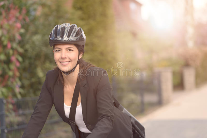Bizneswoman Jechać na rowerze przy ulicą z hełmem obrazy stock