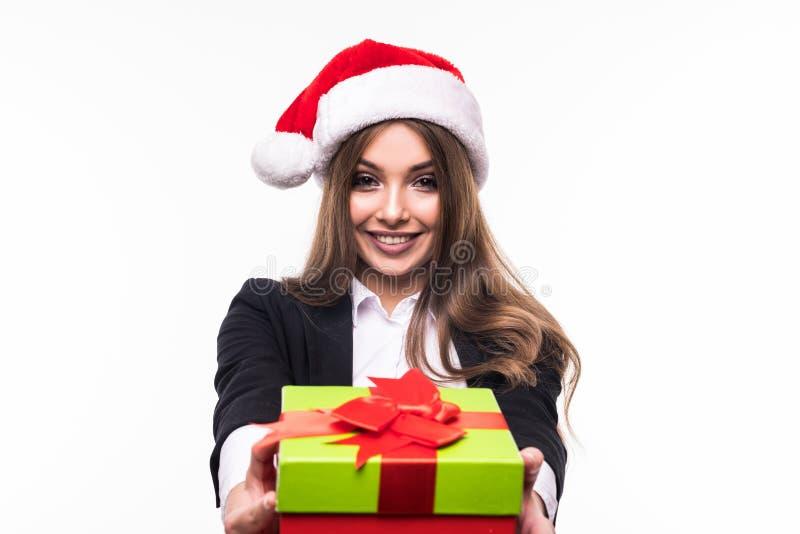 Bizneswoman jest ubranym Santa kapeluszowego mienia prezenta czerwonego pudełko odizolowywającego na białym tle zdjęcie stock