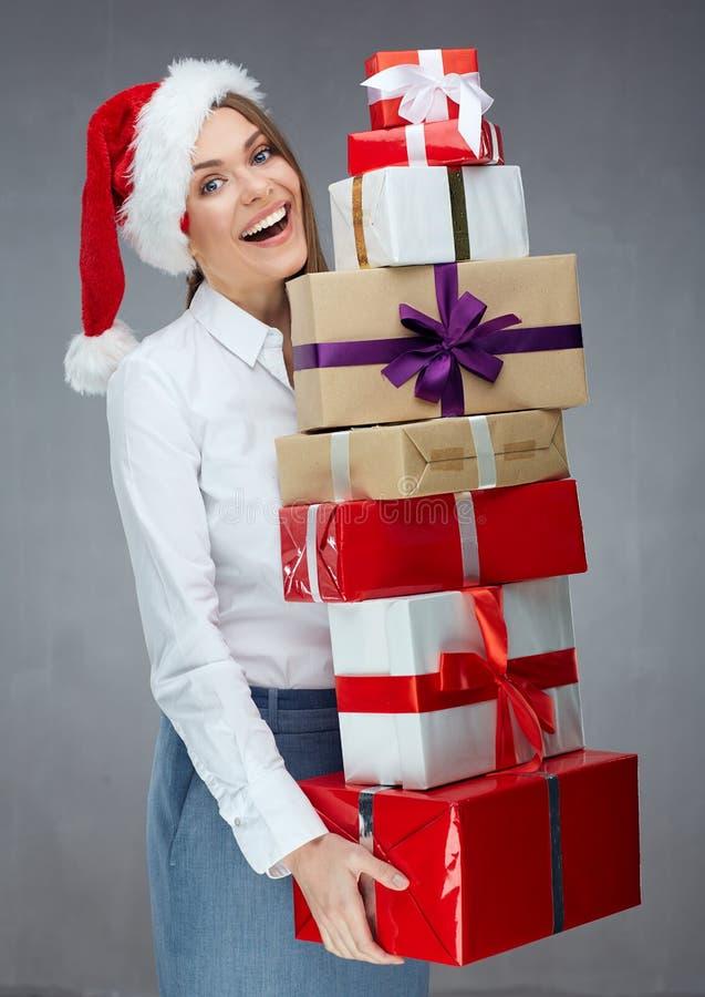 Bizneswoman jest ubranym Santa mienia kapeluszowego stos Bożenarodzeniowy prezenta b fotografia stock