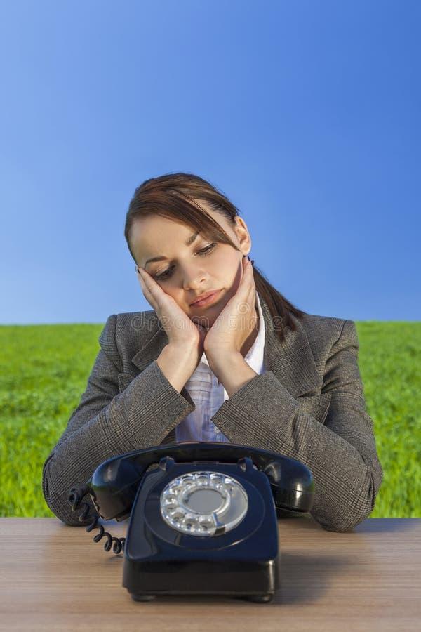 Bizneswoman kobiety czekanie dla Starej rocznik rozmowy telefonicza obrazy stock
