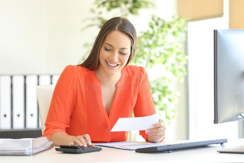 Bizneswoman księgowość przy biurem obraz stock
