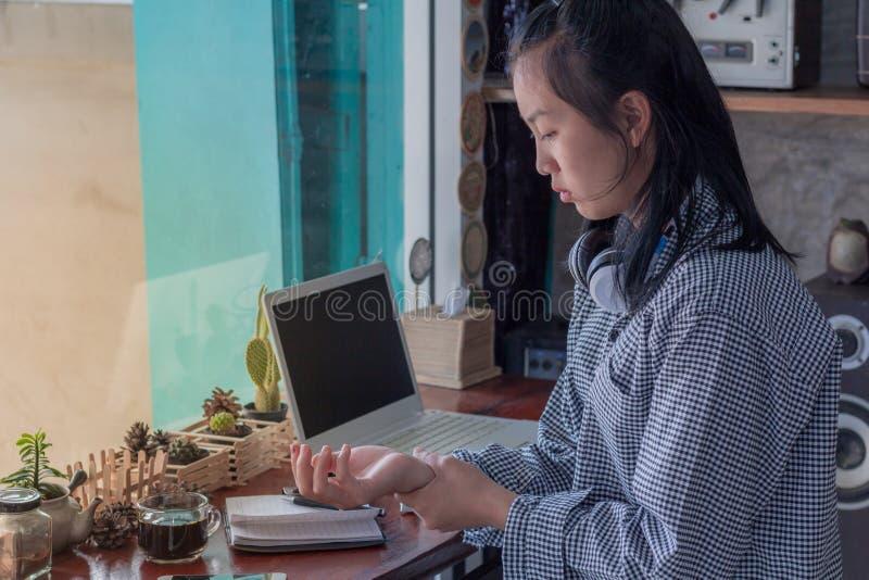 Bizneswoman męczył od pracy I bólu przy nadgarstkiem zdjęcie royalty free