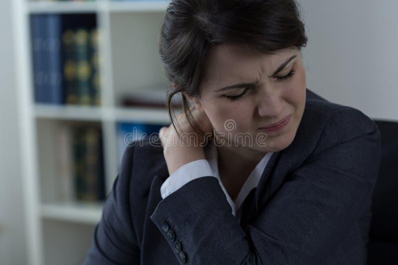 Bizneswoman ma ból pleców zdjęcie stock