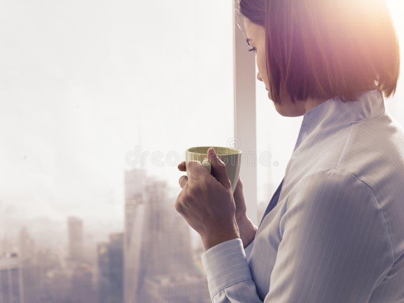 Bizneswoman ma relaksującą kawową przerwę zdjęcie stock
