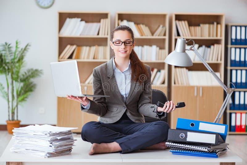 Bizneswoman medytuje w biurze obraz stock