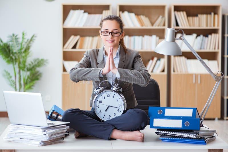 Bizneswoman medytuje w biurze zdjęcie royalty free