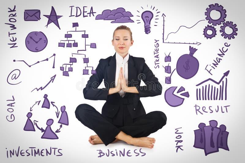 Bizneswoman medytuje z różnorodnymi biznesowymi pojęciami obraz stock