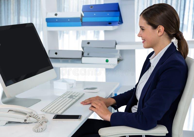 Bizneswoman na komputerze przy biurkiem fotografia royalty free