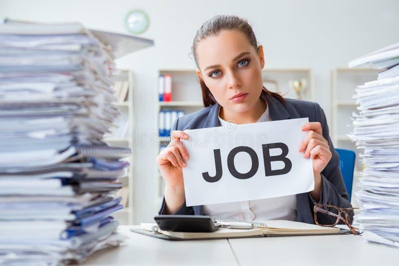 Bizneswoman no podoła z obciążeniem pracą i rezygnować zdjęcia royalty free