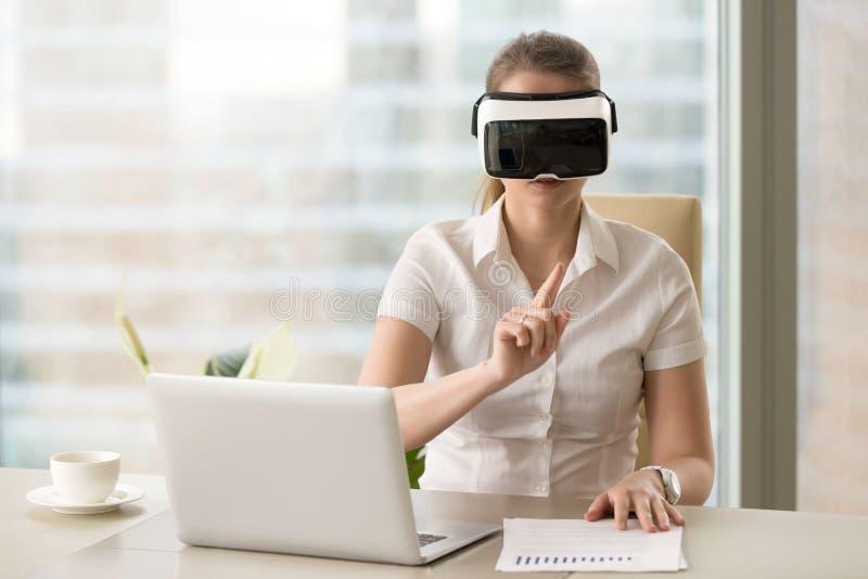 Bizneswoman oddziała wzajemnie z rzeczywistością wirtualną w VR słuchawki fotografia royalty free