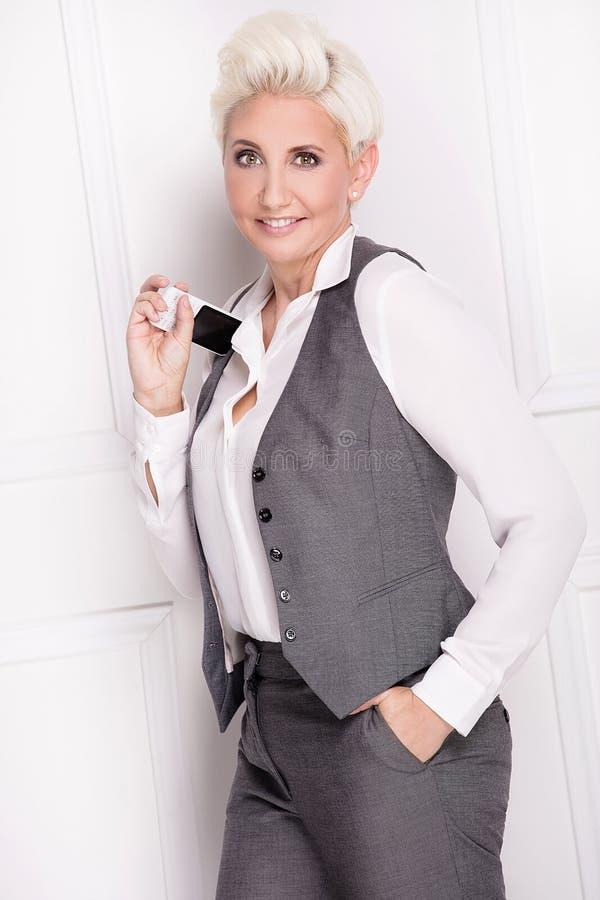 Bizneswoman ono uśmiecha się, patrzejący kamerę zdjęcia stock