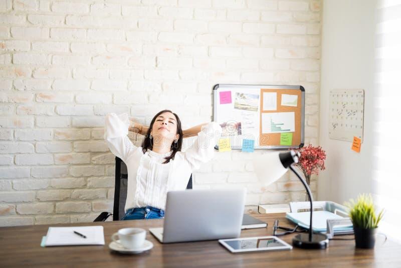 Bizneswoman opiera w krześle obraz stock