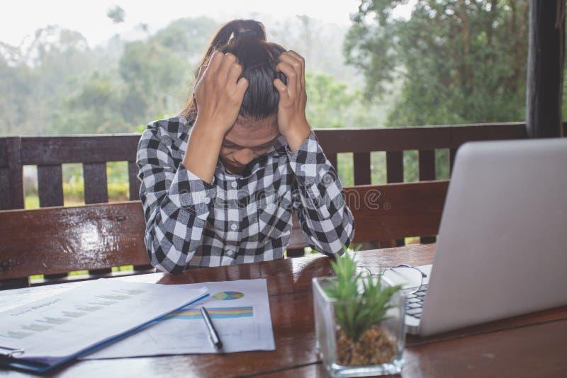 Bizneswoman opony bizneswoman męczył od pracy I migren w workd od pracy wewnątrz sklepie z kawą, niepowodzeniu I migrenach, fotografia stock