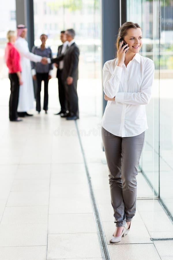 Bizneswoman opowiada komórkę zdjęcie stock