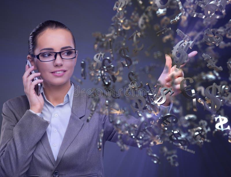 Bizneswoman opowiada na telefonie komórkowym z dolarami zdjęcia royalty free