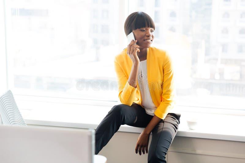 Bizneswoman opowiada na telefonie w biurze obraz stock