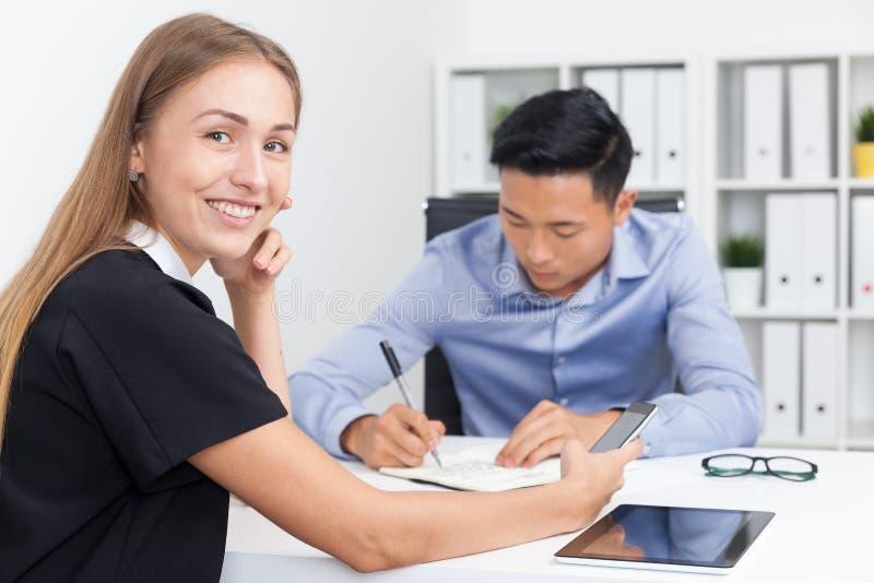 Bizneswoman opowiada na telefonie w biurze zdjęcie royalty free