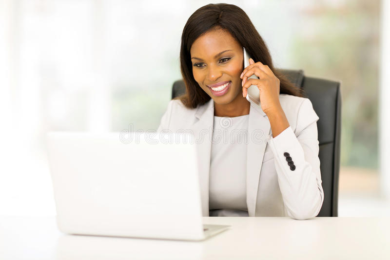 Bizneswoman opowiada telefon komórkowego zdjęcie royalty free