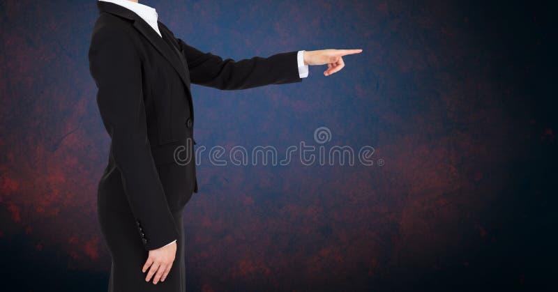 Bizneswoman półpostać przeciw czarnemu tłu obrazy stock