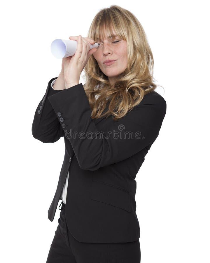 Bizneswoman patrzeje przez papierowej tubki zdjęcia stock