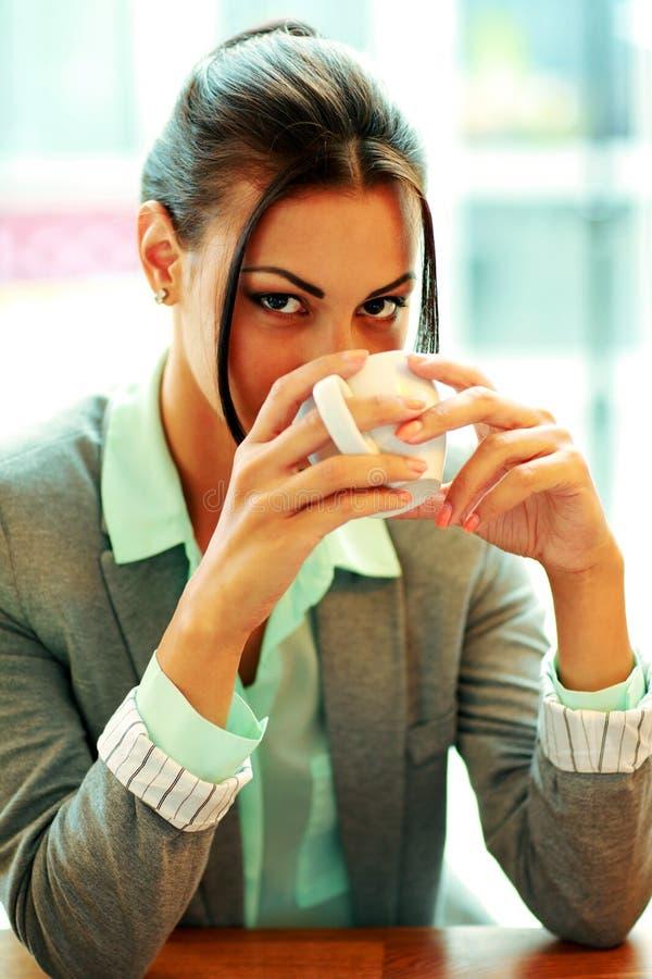 Bizneswoman pije kawa zdjęcie stock