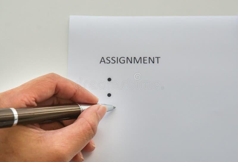 Bizneswoman pisze na egzaminie próbnym w górę przydziału jej pracownik zdjęcia royalty free