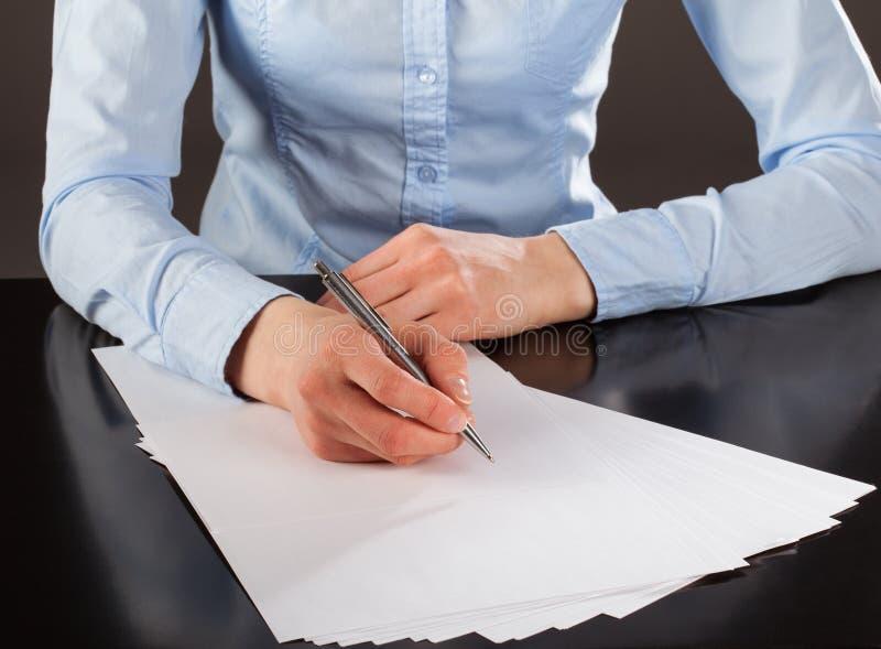 Bizneswoman pisze puszek notatkach zdjęcie stock