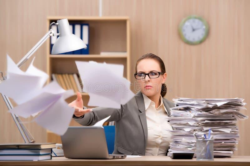 Bizneswoman pod stresem od zbyt dużo pracy w biurze fotografia stock