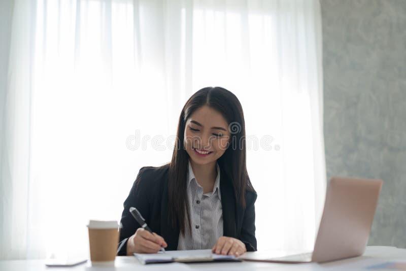 Bizneswoman podpisuje kontraktacyjnego papier w jej workstatio przy pracą fotografia royalty free