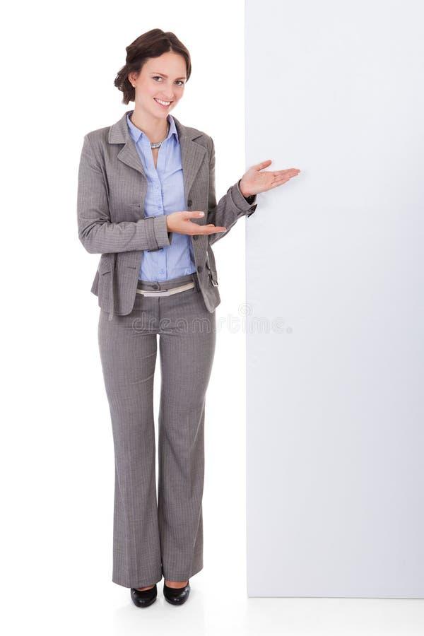 Bizneswoman pokazuje plakat zdjęcie stock