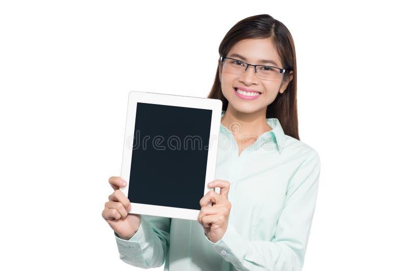 Bizneswoman pokazuje pustego cyfrowego pastylka bielu tło obrazy royalty free