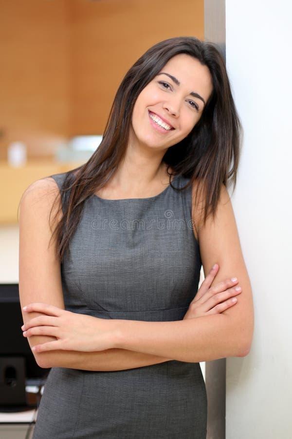 Bizneswoman pozycja przy biurem zdjęcia royalty free